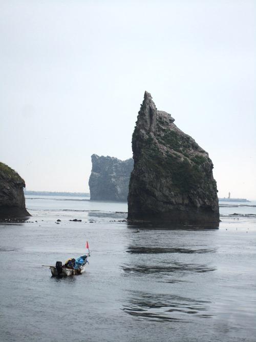 コンブ採りとローソク岩.jpg