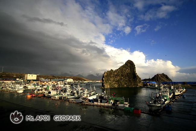 ソビラ岩と様似漁港