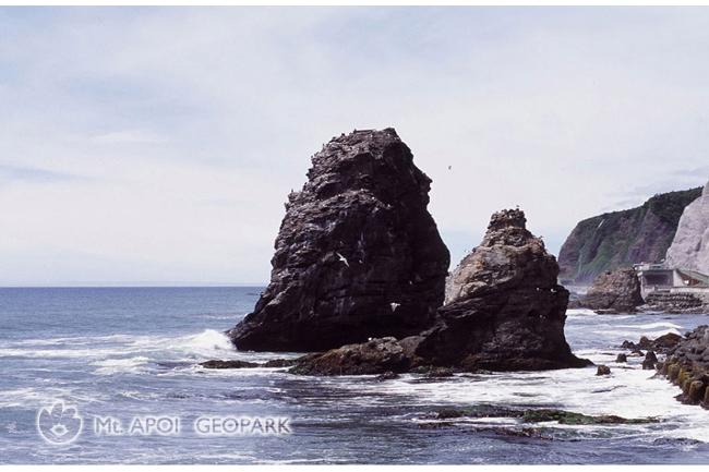 夏の日の鵜の鳥岩
